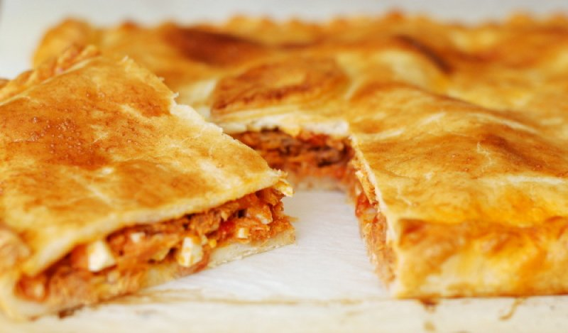 Empanada de tonyina, xipirons i piquillos