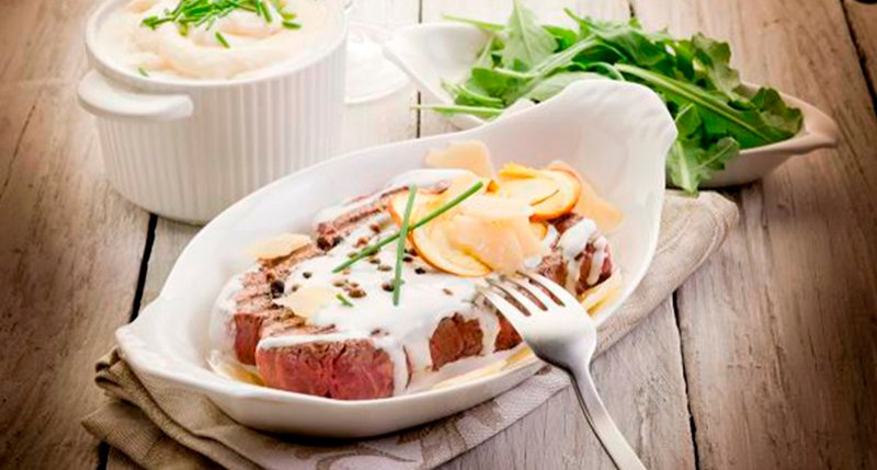 Sirloin with sauce of mushrooms and capers