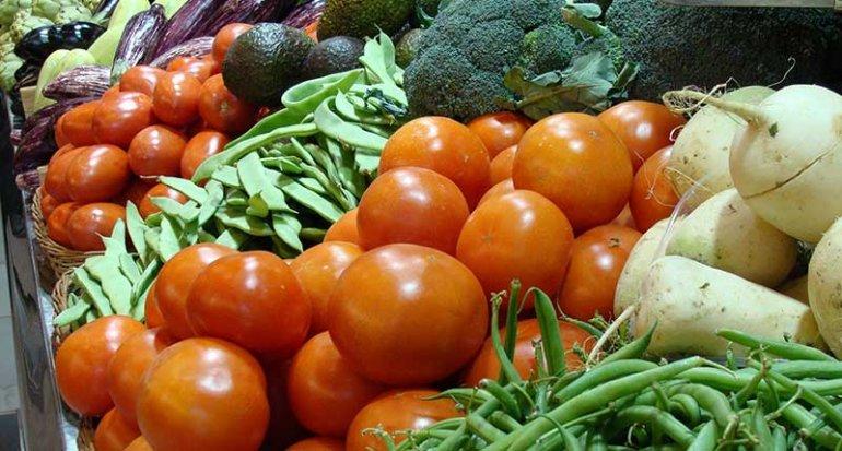 S Hortola frutas y verduras en mercado santa catalina